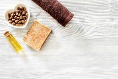 Органические мыло кофе, зерна кофе, масло и полотенце на деревянном copyspace взгляд сверху предпосылки Стоковая Фотография RF