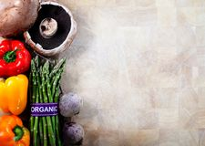 Органические овощи на предпосылке разделочной доски Стоковая Фотография RF