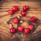 Органические доморощенные вишни на деревянной предпосылке Стоковое Изображение