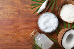 Органические продукты кокоса для обработки, косметики или пищевых ингредиентов курорта Масло, вода и shavings на взгляд сверху де Стоковое Фото