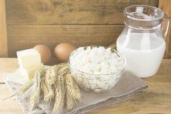 Органические продукты: яичка, молоко, творог, масло, пшеница на a Стоковое Фото