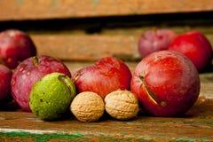Органические плодоовощи, яблоки и гайки Стоковые Фотографии RF