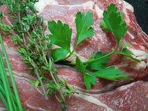 Органические розмариновое масло и петрушка на сырцовом ломте carvery говядины стоковое изображение rf