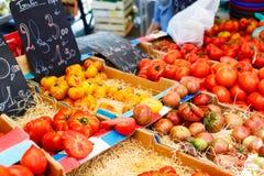 Органические свежие томаты от среднеземноморского рынка фермеров в Prov стоковое фото rf