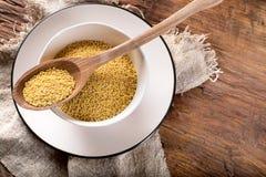 Органические семена пшена на деревенском деревянном tablу Стоковое Изображение