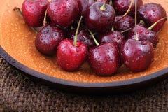 Органические сладостные вишни в деревянном шаре Стоковые Изображения RF