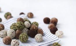 Органические укусы энергии с датами, семенами тыквы, миндалиной, грецким орехом и сезамом на белой предпосылке стоковое изображение rf