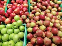 Органические яблоки на стойке рынка стоковые фото