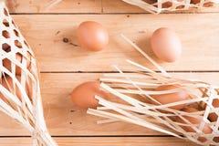 Органические яичка на древесине Свежие яичка Стоковая Фотография