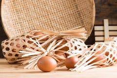 Органические яичка на древесине Свежие яичка Стоковое Изображение