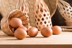 Органические яичка на древесине Свежие яичка Стоковая Фотография RF