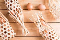 Органические яичка на древесине Свежие яичка Стоковые Фотографии RF