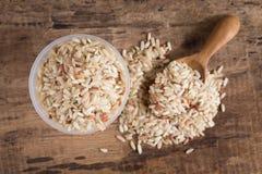 Органический коричневый рис на деревянном Стоковые Фотографии RF