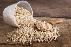 Органический коричневый рис на деревянном Стоковые Изображения RF