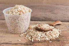 Органический коричневый рис на деревянном Стоковая Фотография RF