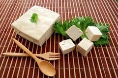 Органический коричневый сырцовый рис в бамбуковой корзине Стоковые Изображения
