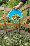Органический отход кухни будучи бросанным на компост стоковые изображения