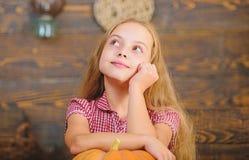 Органический садовничать Концепция фестиваля сбора Ребенк девушки на рынке фермы с органическими овощами Вырастите ваши собственн стоковые фотографии rf