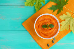 Органический суп пюра тыквы в белом шаре Диетическое блюдо белизна макарон еды предпосылки младенца сырцовая Стоковые Изображения