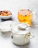 Органический, сырцовый, естественно белый мед чисто стоковое изображение