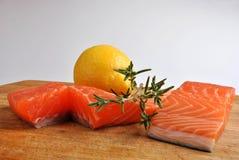 органический сырцовый salmon стейк одичалый Стоковые Фотографии RF