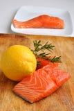 органический сырцовый salmon стейк одичалый Стоковые Фото
