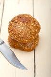 Органический хлеб над деревенской таблицей Стоковое Изображение