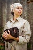 Органический цыпленок удерживания фермера под его оружиями стоковые фото