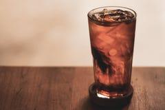 Органический черный чай со льдом в стеклянном свежем напитке для ослабляет и здоровый вкусно освежать, наши удобные сумки brew ча стоковое изображение rf