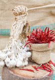 Органический чеснок и накаленный докрасна chili Стоковое фото RF