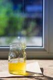 Органический чисто мед в опарнике на силле окна Поток меда Стоковое Фото
