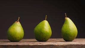 3 органических груши на древесине Стоковая Фотография RF
