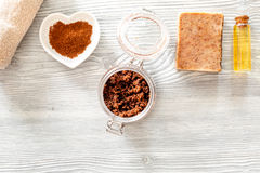 Органическое мыло кофе, земной кофе, зерна кофе, масло на деревянном взгляд сверху предпосылки Стоковые Изображения