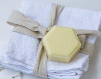 Органическое мыло на полотенцах хлопка, курорт меда тимиана красоты Стоковое фото RF