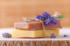 Органическое мыло с свежей лавандой цветет на деревянном, крупный план Стоковое фото RF
