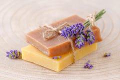 Органическое мыло с свежей лавандой цветет на деревянном, крупный план Стоковая Фотография