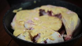 Органическое мясо цыпленка белого мяса в соусе карри подготавливает на лотке медленном сток-видео