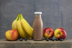 Органическое стекло яблока, bluberry и банана smoothie сока на древесине Стоковое фото RF