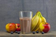 Органическое стекло яблока, bluberry и банана smoothie сока на древесине Стоковая Фотография RF