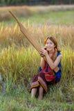 Орган красивой женщины камышовый сыграл людьми северовосточного Стоковые Фото