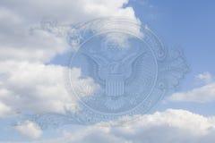 Орел на u S макрос крупного плана долларовой банкноты в голубом небе с облаками Стоковое Фото