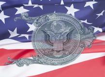 Орел на u S макрос крупного плана долларовой банкноты на предпосылке флага США, 1 usd банкноты Стоковые Изображения