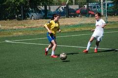 Оренбург, Россия - 12-ое июня 2016: Футбол игры девушек мини Стоковое Изображение