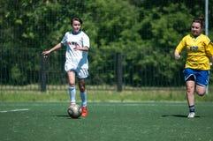 Оренбург, Россия - 12-ое июня 2016: Футбол игры девушек мини Стоковая Фотография
