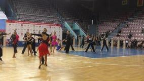 Оренбург, Россия - 25-ое мая 2019: Танцы девушки и мальчика сток-видео