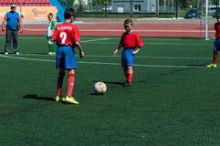 Оренбург, Россия - 31-ое мая 2015: Футбол игры мальчиков и девушек Стоковое Изображение