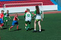 Оренбург, Россия - 31-ое мая 2015: Футбол игры мальчиков и девушек Стоковые Фотографии RF
