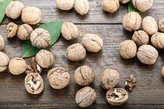 Ореховая скорлупа; естественный; древесина; предпосылка; гайка; крупный план; коричневый цвет; organi Стоковые Изображения RF