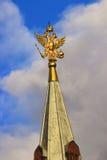 Орел покрытый золотом двуглавый на шпиле Стоковая Фотография RF