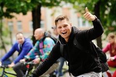 Орел, Россия - 28-ое мая 2017: Bikeday Большой палец руки велосипедиста вверх Стоковое Изображение